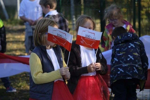W piątek 12 października przy Szkole Podstawowej w Cierpicach zasadzono sto drzew z okazji 100-lecia odzyskania niepodległości przez Polskę. Powstała specjalna Aleja Niepodległości. Na dzisiejsze uroczystości oprócz władz gminy oraz społeczności szkolnej przybyło wielu zaproszonych gości. Uczniowie przygotowali także program artystyczny.