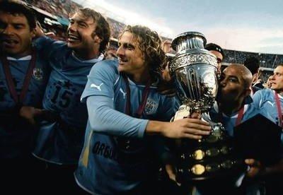 850edc748 Urugwajczycy z pucharem za mistrzostwo. W środku bohater finału Diego  Forlan. Fot. PAP
