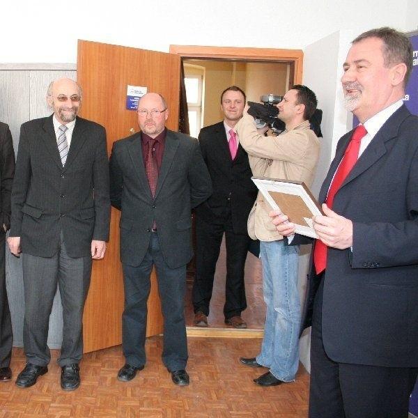Senator Jan Wyrowiński (pierwszy z prawej)  powitał wszystkich w nowym biurze poselskim  Platformy Obywatelskiej przy ul. Grudziądzkiej  28 w Chełmnie