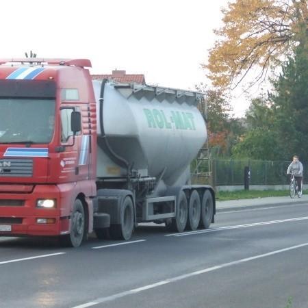 Ograniczenie na tym odcinku ul. Legnickiej to 40 km/h. Jeździ się szybciej. Rowerzyści wolą jazdę po chodniku