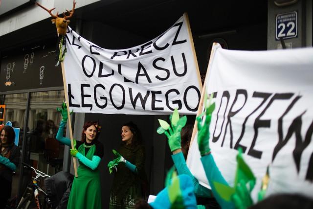 Pikietujący, ubrani na zielono, sprzeciwiali się planom wycinki lasu łęgowego w Przegorzałach.