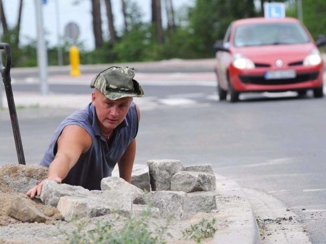 (fot. Mariusz Kapała) Piotr Karbowiak wykonuje prace wykończeniowe na poboczu obwodnicy Zbąszynka
