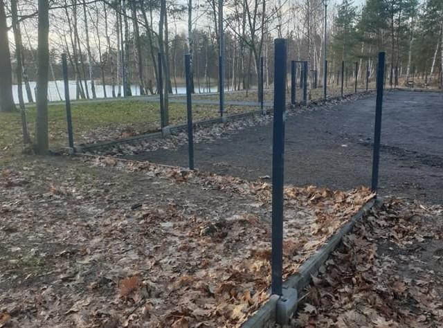 Ktoś ukradł ogrodzenie z terenu kąpieliska w Nowogrodzie Bobrzańskim