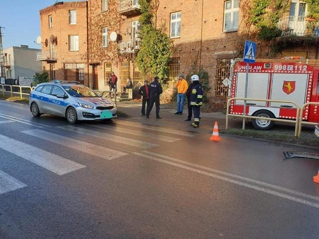 Na rogu ul. Lipowej i Wiślanej policjanci i strażacy głownie interweniują podczas kolizji. Tym razem weszli do budynku, w którym rozwijał się hazard - tzw. bellwederu