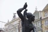 Stary Rynek w Poznaniu: Wandal okradł Marsa z fontanny - zabrał mu pikę i metalową płytę zabezpieczającą