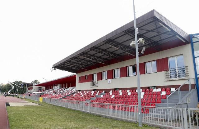 Ul. Wyspiańskiego 22Pojemność: 3420 miejsc. Boisko: 106m x 66mDrugi co do wielkości stadion w Rzeszowie. To domowy stadion Resovii, ale niestety nie spełnia on wymogów licencyjnych na 1 ligę. Służy za to pozostałym drużynom Resovii. Gra na nim m.in. Resovia II (4 liga) i drużyna kobiet Resovii (1 liga kobiet).