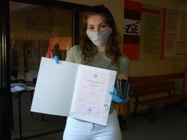 Tak wyglądał odbiór świadectw ukończenia szkoły średniej przez maturzystów 2020 z Radomska - także w reżimie sanitarnym W czwartek (29 kwietnia) wypada ostatni dzień kształcenia maturzystów 2021 – jeszcze raz połączą się oni zdalnie ze swoimi nauczycielami – i nie doczekają się już żadnych lekcji stacjonarnych. Za to w piątek (30 kwietnia) licea ogólnokształcące i technika mogą, w swoich siedzibach, wręczać uczniom z najstarszych klas świadectwa ich ukończenia. Jak będzie wyglądało to wręczanie w Łodzi i województwie łódzkim?>>> Czytaj dalej przy kolejnej ilustracji >>>
