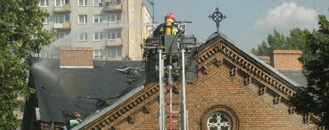 Zapalił się dach liceum. Żeby walczyć z ogniem, który co chwila wybuchał w deskach na poddaszu, strażacy musieli użyć specjalnego podnośnika