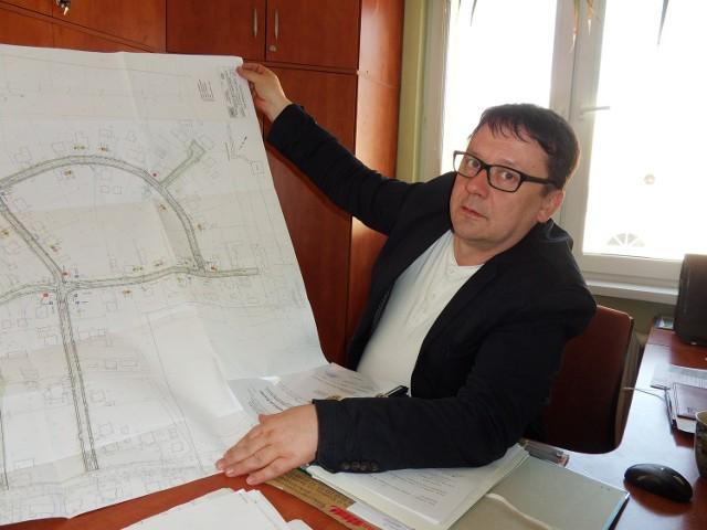 - Remont jest potrzebny - mówi Wojciech Kruczkowski z urzędu gminy pokazując na mapie drogi, które zostaną przebudowane.