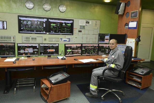 Na jednej zmianie w Elektrociepłowni Karolin pracuje około 40 osób. Pracownicy czuwający bezpośrednio nad dostarczaniem ciepła pracują na dwie zmiany: to po około 30 osób na każdej.Przejdź dalej ---->