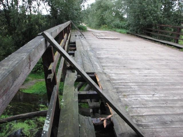 Rodzice boją się o życie swoich dzieci mających już za kilka dni codziennie chodzić do szkoły przez ten mostek. Spróchniałe barierki ochronne i dziury w chodniku budzą największe obawy.