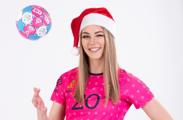 Pierwszoligowe piłkarki ręczne Suzuki Korony Handball Kielce wzięły udział w specjalnej sesji mikołajkowo-świątecznej. Zobacz jej efekty na kolejnych slajdach>>>>>>>> WAKACJE PIŁKARZY RĘCZNYCH ŁOMŻA VIVE KIELCE: PIĘKNE KOBIETY, NARTY WODNE, KONIE, MAJORKA, ISLANDIA… [zdjęcia] [B]POLECAMY RÓWNIEŻ:[/B][tabela][tr][td sz=300]IGOR KARACIĆ SIĘ ZARĘCZYŁ. ZOBACZ JEGO PIĘKNĄ WYBRANKĘ[/td][td sz=300]PIĘKNOŚĆ Z UKRAINY. ZOBACZ PARTNERKĘ ARTIOMA KARALIOKA[/td][/tr][td]BYŁY ZAWODNIK VIVE KIELCE JEST CZOŁOWYM POKERZYSTĄ ŚWIATA. WYGRYWA MILIONY DOLARÓW