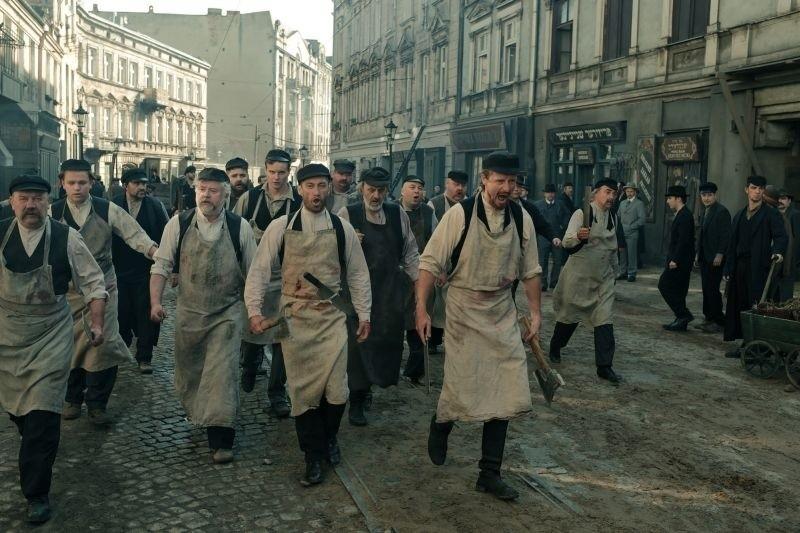 """Na łódzkim planie nowego filmu dla TVP """"Pogrom 1905. Miłość i hańba"""" zakończyły się prace na planie, a ekipa filmowa pojechała dalej"""