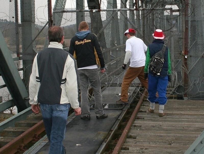 Od niemieckiej strony most chronią zasieki. Ale i tak są...