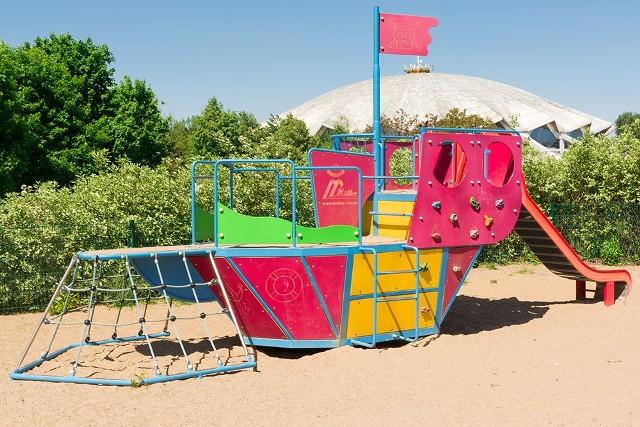 Plac zabaw w parku Kasprowicza w Poznaniu - obok hali ArenaZobacz także: Co warto zobaczyć w Poznaniu? Oto największe atrakcje turystyczne w stolicy Wielkopolski