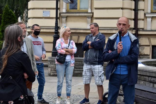"""Robert Hoffman (z prawej) to inicjator spotkania w sprawie referendum. Grupa mieszkańców zarzuca sądeckim radnym """"bicie piany"""" i politykowanie zamiast pracy na rzecz miasta"""