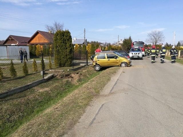 Do zdarzenia doszło na ul. Żegleckiej w Zręcinie k. Krosna. Pracujący na miejscu policjanci ustalili, że kierująca matizem na łuku drogi straciła panowanie nad pojazdem i wjechała do rowu, uszkadzając ogrodzenie jednej z prywatnych posesji.37-letnia kierująca nie odniosła poważnych obrażeń. Badanie stanu trzeźwości wykazało ponad 3 promile alkoholu w jej organizmie.Za kierowanie pojazdem mechanicznym w stanie nietrzeźwości grozi kara do 2 lat pozbawienia wolności.