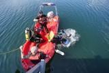 Wypadek w Zatomiu Starym. Wędkarz wpadł do wody. Mężczyzny nie udało się uratować