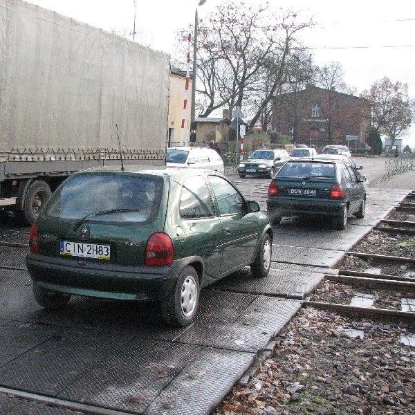 Pan Janusz przyjechał do Janikowa ze  Szczecina. Na janikowskim przejeździe rozbił  miskę olejową w samochodzie. Zamierza  wystąpić do PKP o odszkodowanie.