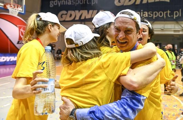 Radość zespołu VBW Arki Gdynia i trenera Gundarsa Vetry po zdobyciu drugiego z rzędu mistrzostwa Polski
