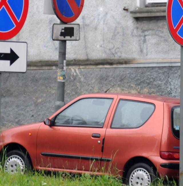 Dziś kierowca tego samochodu zaparkowanego na zakazie na ul. Orląt Lwowskich może się czuć bezkarny, bo policja nic mu nie może zrobić