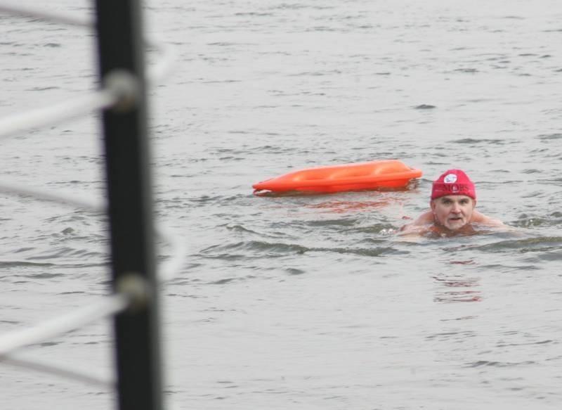 Andrzej Półtorak pokonuje Wartę. Gorzowskie morsy kąpią się w jeziorze w zimie trzy razy w tygodniu. I chorują... raz na osiem lat.