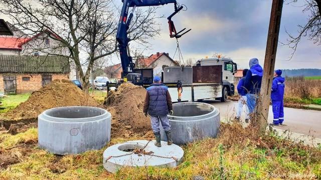Prace wymagały użycia ciężkiego sprzętu. W budynku nie było ani doprowadzenia wody, ani kanalizacji czy instalacji elektrycznej.
