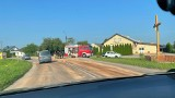Mazury. Rozlane paliwo na drodze wojewódzkiej 678. Wprowadzono ruch wahadłowy [ZDJĘCIA]