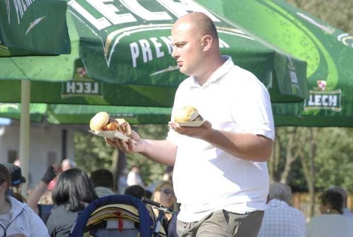 Pokazy walk rycerskich, uzbrojenia i tanców byly atrakcją pikniku z okazji 3 Maja w slupskim Parku Kultury i Wypoczynku.