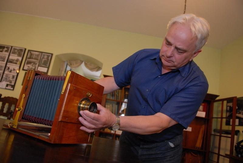Romuald Nowak z muzeum regionalnego demonstruje aparat fotograficzny ofiarowany przez potomków Roberta Kocha