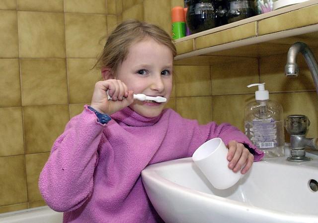 Dopiero ostatnio podniesiono stawki i również w szkole zaczęto dbać o zęby dzieci.