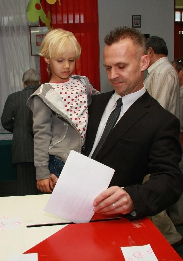 W lokalu wyborczym w przedszkolu nr 6 w Międzyrzeczu głosował przed 13.00 Robert Szarletta z pięcioletnia córką Paulą.