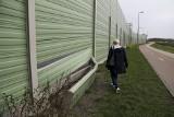 Uszkodzony ekran akustyczny przy Kleeberga w Białymstoku. Mieszkańcy czekali na reakcję urzędników. Groźna dziura też (zdjęcia)