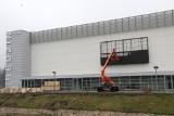 Nowoczesna hala sportowa - Będzin Arena prawie gotowa. Montują zewnętrzny telebim. Finał prac w czerwcu