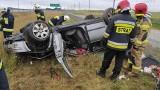 Wypadek na drodze S6 w okolicach Kołobrzegu. Dachowało auto [ZDJĘCIA]