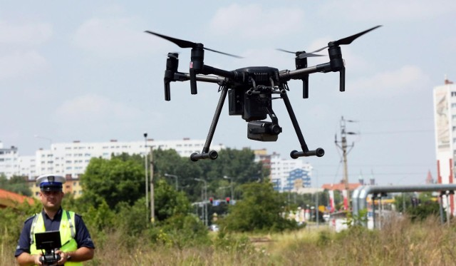 Policjanci apelują o bezpieczeństwo na drogach, ponieważ nagrania z drona nie napawają optymizmem.