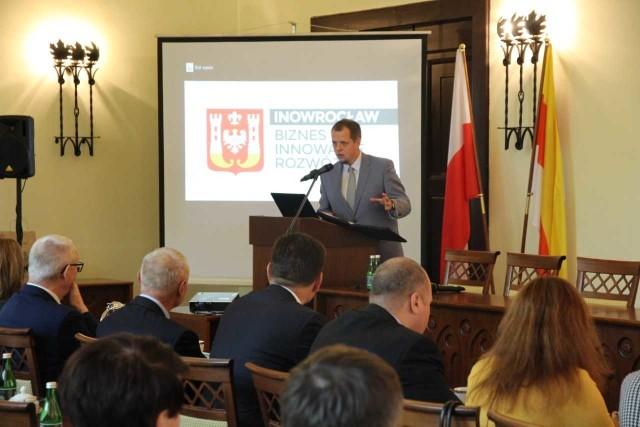 W sali sesyjnej inowrocławskiego ratusza rozpoczęła się konferencja na temat aktualnych możliwości polsko-białoruskiej współpracy gospodarczej. W spotkaniu biorą udział przedsiębiorcy i naukowcy.- Wychodzimy z założenia, że stosunki na szczeblu międzypaństwowym są bardzo ważne, lecz niemniej ważne, i dają być może nawet grunt do stosunków wysokiego szczebla, są stosunki między regionami. Bo to między konkretnymi podmiotami tworzy się najważniejsze powiązania gospodarcze - powiedział na otwarcie konferencji [b]Aleksander Czesnowski[/b, radca-minister Ambasady Białoruskiej.Wśród gości, obok przedstawicieli biznesu i profesorów, jest też Vladislav Vidolis, pierwszy sekretarz ambasady. W spotkaniu bierze udział także prezes Polsko-Białoruskiej Izby Handlowo-Przemysłowej Kazimierz Zdunowski oraz władze miasta.W programie konferencji zaplanowany jest wykład na temat stosunków polsko-białoruskich na przestrzeni wieków, możliwości założenia przedsiębiorstwa na Białorusi, roli transportu w wymianie handlowej i znaczenie centrów logistycznych oraz współpracy gospodarczej i możliwości zatrudniania.