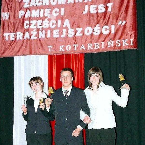 """Od lewej Katarzyna Bociek ze statuetką  """"Tadeusza"""" oraz Dawid Chmarzyński i Beata  Bukolt ze złotymi trampkami"""