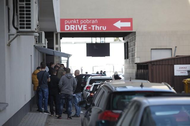 Długa kolejka oczekujących na test na obecność koronawirusa przed Medykiem w Rzeszowie.