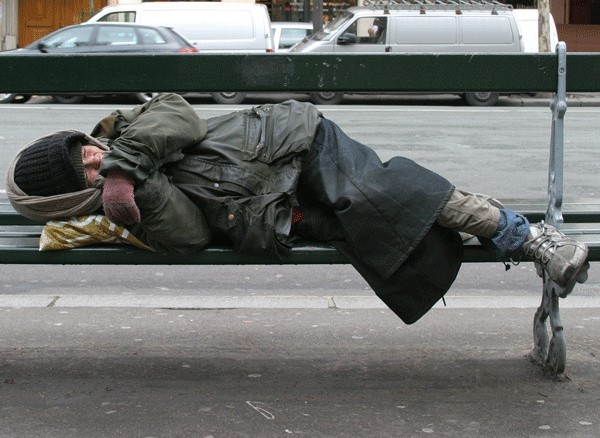 Niskie temperatury najbardziej dają się we znaki pozbawionym dachu nad głową. Koczujący w śmietnikach czy altankach bezdomni często stają się ofiarami mrozów. W porę powiadamiając odpowiednie służby można uratować komuś życie.