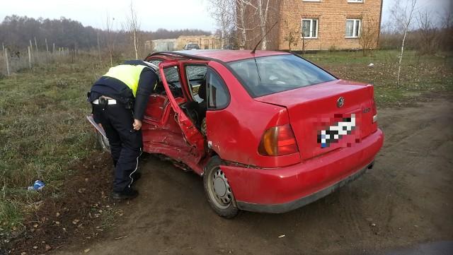 Siedem osób zostało poszkodowanych w wypadku, do którego doszło w niedzielę (2 grudnia) w miejscowości Borzymowice (gmina Choceń). Wszyscy trafili do szpitala. Jedna z osób zmarła w szpitalu.- Zgłoszenie o wypadku otrzymaliśmy o godz. 9.25. Na miejsce wysłane zostały trzy zastępy strażaków - mówi asp. Dariusz Bukowski, dyżurny Komendy Wojewódzkiej Państwowej Straży Pożarnej w Toruniu. - W miejscowości Borzymowice zderzyły się dwa auta osobowe: volkswagen i mercedes. Łącznie obu pojazdami podróżowało  siedem osób i wszystkie zostały przetransportowane do szpitala.Jak informowali strażacy, jedna z osób jest w ciężkim stanie. To pasażerka volkswagena. Kobieta zmarła w szpitalu.Droga powiatowa w okolicach miejsca wypadku była zablokowana. Okoliczności wypadku wyjaśnia policja. - Ze wstępnych ustaleń wynika, że kierowca volkswagena jadąc od Boniewa w stronę Chocenia nagle zjechał na przeciwległy pas ruchu i zderzył się z mercedesem - mówi sierż. Tomasz Tomaszewski z Komendy Miejskiej Policji we Włocławku.Piraci drogowi w regionie. Niemal doprowadzili do tragedii!  [wideo - program Stop Agresji Drogowej 4]