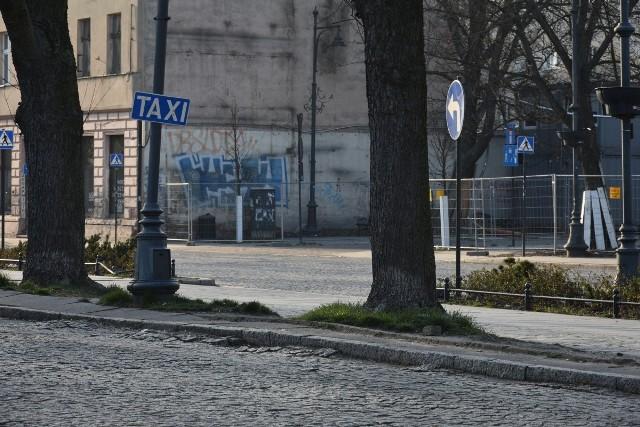 Taksówkarze są kolejną grupą zawodową, na której  epidemia koronawirusa SARS-CoV-2 odciska się dotkliwie.Ograniczenia w przemieszczaniu się ludności wprowadzone po ogłoszeniu stanu epidemii, przesunięcie wielu pracowników do pracy z domu oraz ogólne zalecenie zachowania izolacji i pozostania w domu sprawiły, że liczba pasażerów chcących skorzystać z przejazdów taksówkami drastycznie spadła.– Ogólny spadek liczby kursów oceniam na jakieś 60 procent, ale są obszary, w których odsetek ten sięga 80 procent. Dotyczy to większości zleceń taksówkarskich, czyli zwykłych przewozów osób prywatnych. Liczba zleceń korporacyjnych, czyli zamówienia na przewozy pracowników  firm, też znacznie spadły – mówi Mariusz Bedyniak z Tele-Taxi 6400-400. – Sytuacja robi się powoli beznadziejna. Jeśli potrwa to wszystko do świąt wielkanocnych, może przetrwamy. Jeśli dłużej, to strach myśleć, co będzie.Więcej na kolejnym slajdzie ->