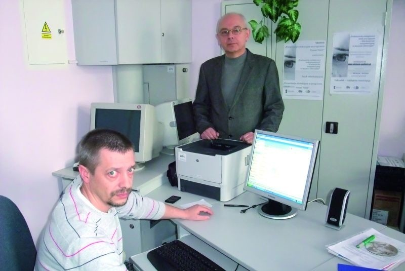 – E-dziennik ułatwia nam organizację pracy na lekcjach – mówią Andrzej Stec (z lewej) i Jan Kraiński, nauczyciele informatyki z Gimnazjum w Piątnicy