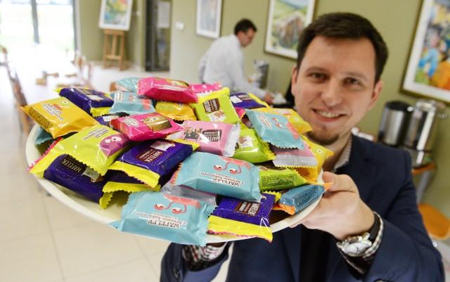 Marek Bryl, kierownik działu eksportu Magnolii z Lubska prezentuje słodycze zgłoszone do konkursu