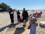 Gdynia. Patrole policji przy plaży w Śródmieściu i na bulwarze Nadmorskim. Policjanci pouczają, edukują i rozdają bezpieczne opaski