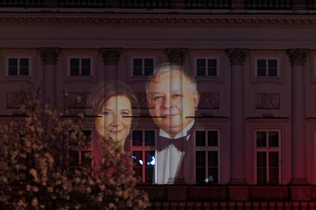 Warszawa. 7. rocznica katastrofy smoleńskiej. Para prezydencka na elewacji Pałacu Prezydenckiego
