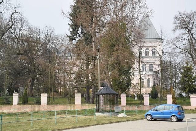 W kwietniu w Domu Pomocy Społecznej w Jakubowicach w gminie Pawłowiczki koronawirusem zakaziło się ok. 30 osób. Na Covid-19 zachorowali zarówno pensjonariusze w sędziwym wieku, jak i personel.
