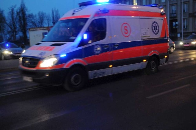 20-letnia dziewczyna z obrażeniami wskazującymi na potrącenie została odnaleziona w niedzielę, 3 listopada na ul. Warszawskiej w Poznaniu. Jej stan jest ciężki.
