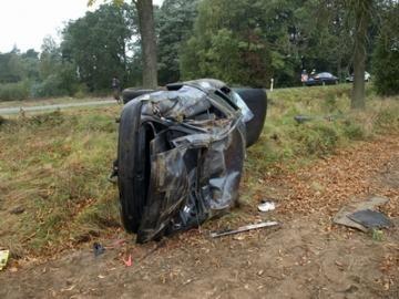 Między Kożuchowem a Szprotawą 26-letnia mieszkanka Kożuchowa, na łuku drogi zjechała na pobocze i uderzyła w drzewo.