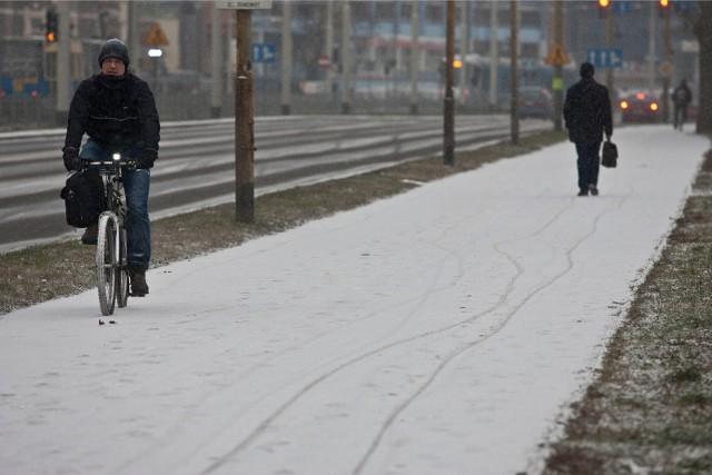 Prognozowany śnieg i przymrozki we Wrocławiu. Może zrobić się biało! Można powiedzieć - wreszcie, bo właściwie przez cała (właściwą) zimę nie mieliśmy choćby jednego takie dnia, w którym padający śnieg zostałby z nami na dłużej. Teraz pogoda postanowiła dzień przez właściwym świętem Prima aprilis, urządzić swoje obchody... CZYTAJ O SZCZEGÓŁACH NA KOLEJNYM SLAJDZIE, ZOBACZ OSTRZEŻENIE METEO. SPRAWDŹ, KIEDY ZROBI SIĘ CIEPLEJ. PORUSZAJ SIĘ PO GALERII PRZY POMOCY STRZAŁEK LUB GESTÓW NA TELEFONIE